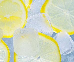 Eiswürfel mit Zitronenscheiben