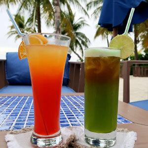 Cocktails mit Eiswürfeln