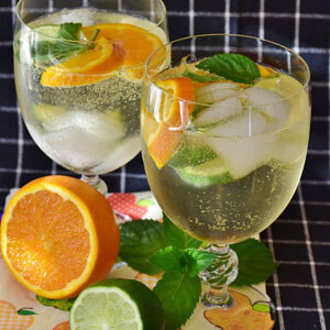 Limonade mit Eiswürfeln